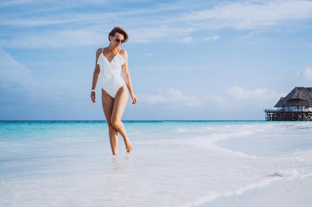海沿いの白い水着の女性 無料写真
