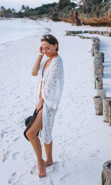 海沿いの水着で美しい女性 無料写真