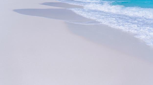 海の岸に青い水の波 無料写真