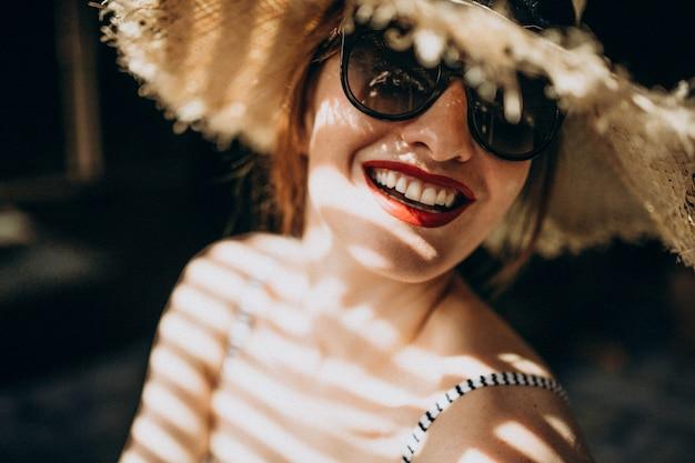 日陰の下に帽子を持つ女性 無料写真