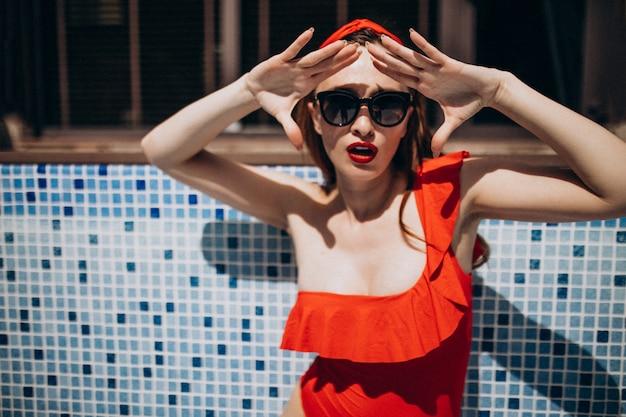 赤い水着ファッションの女性 無料写真