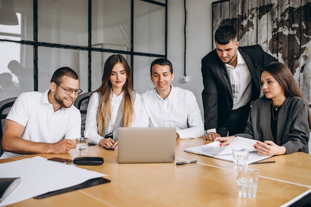 オフィスで事業計画を立てる人々のグループ 無料写真