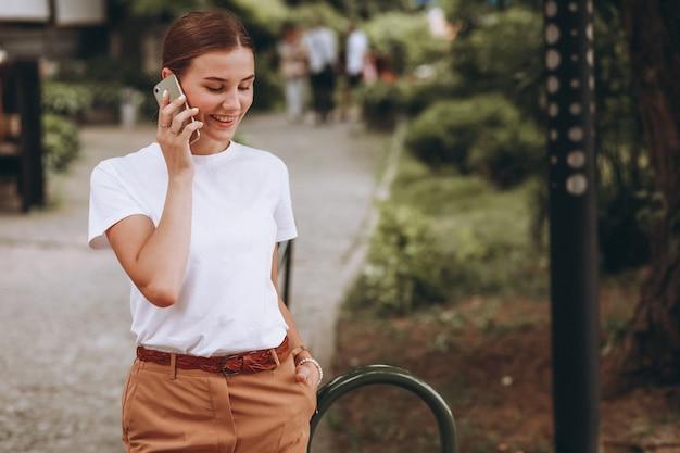Молодая женщина в центре города, разговаривает по телефону Бесплатные Фотографии