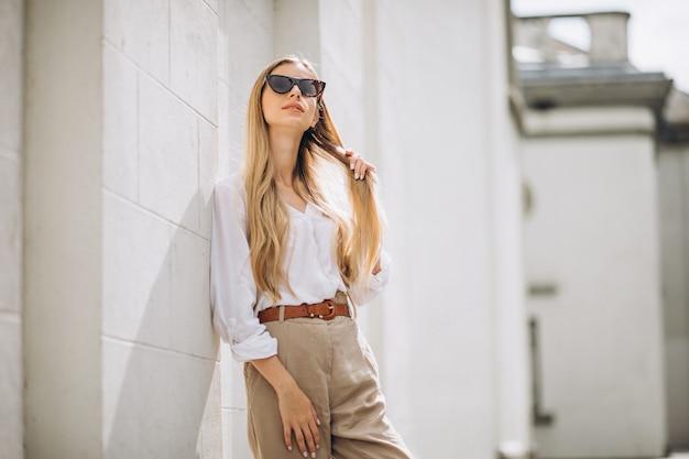 Молодая женщина, одетая в летний наряд в городе Бесплатные Фотографии