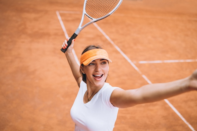 コートで若い女性のテニス選手 無料写真
