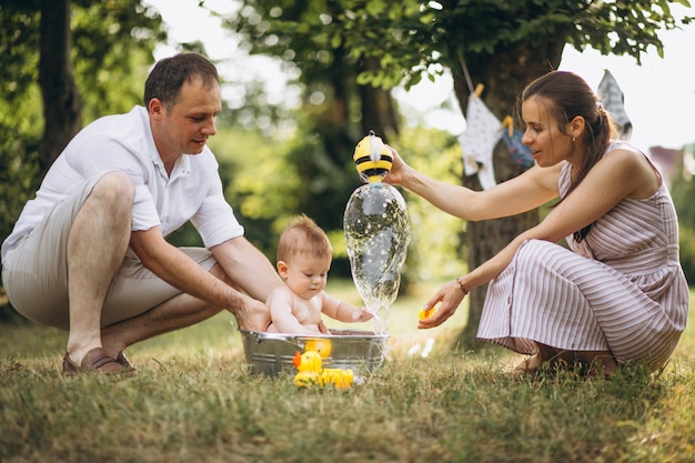 公園で幼い息子と若い家族 無料写真