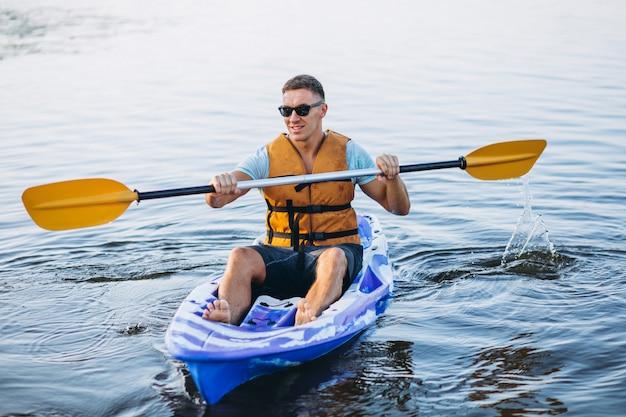 若い男が川でカヤック 無料写真
