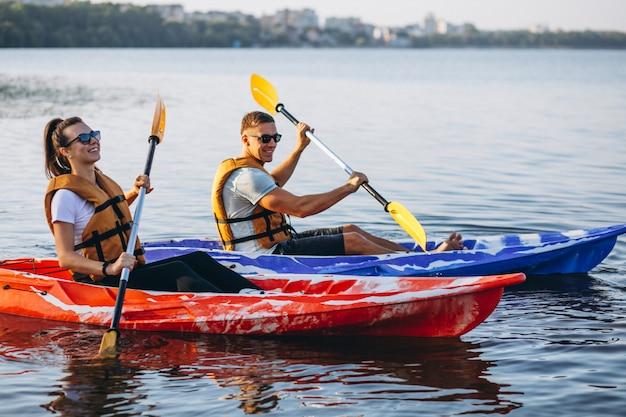 カップル一緒に川でカヤック 無料写真