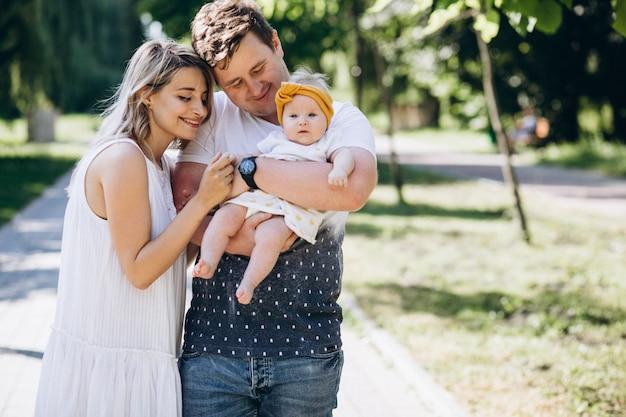 公園で彼らの赤ん坊の娘と若いカップル 無料写真