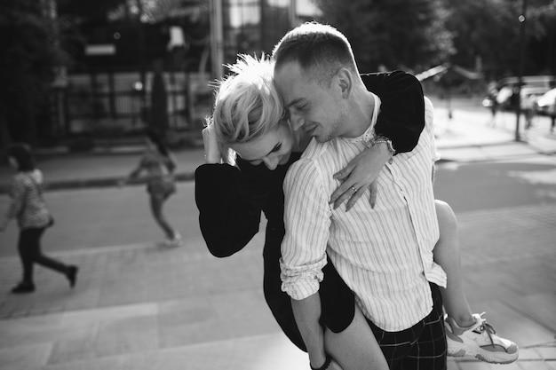 町で一緒に若いカップル 無料写真