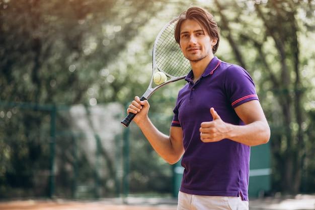 Молодой человек теннисист на корте Бесплатные Фотографии
