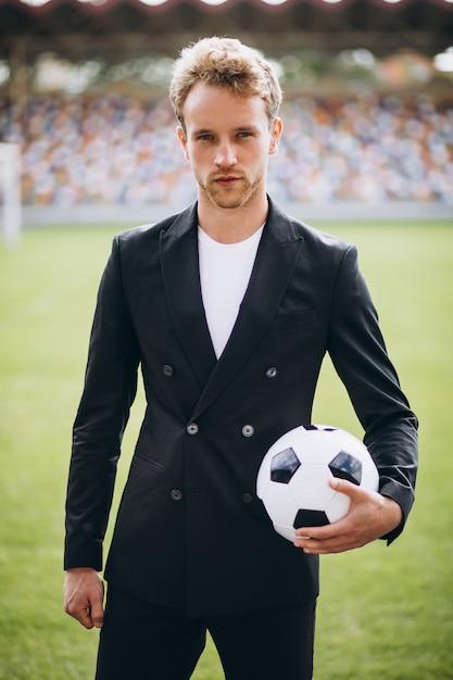 Красивый футболист на стадионе в деловом костюме Бесплатные Фотографии