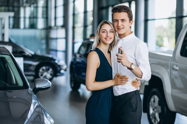 車のショールームで車をバイイング若いカップル 無料写真