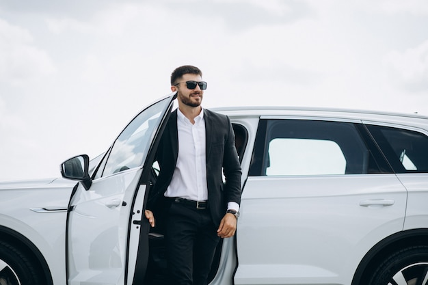 Красивый деловой человек на белой машине Бесплатные Фотографии