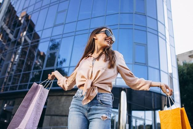 ショッピングセンターで若い女性 無料写真