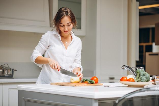 朝食を調理するキッチンで若い女性 無料写真