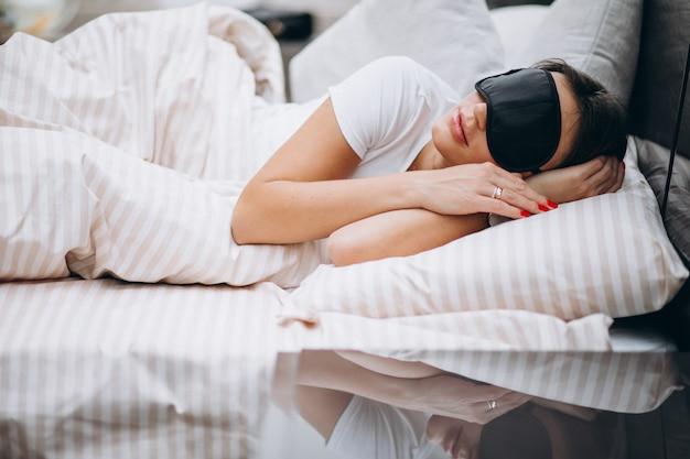 Молодая женщина отдыхает в постели по утрам Бесплатные Фотографии