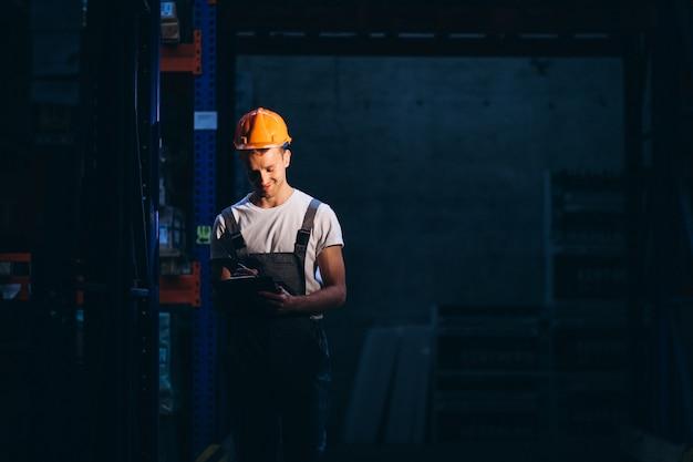 ボックスと倉庫で働く若い男 無料写真