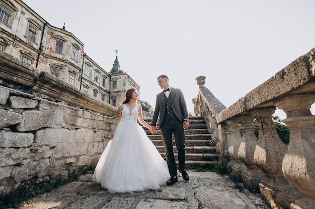 Молодая пара брак фотосессия на улице Бесплатные Фотографии