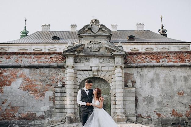 外で若いカップルの結婚写真セッション 無料写真