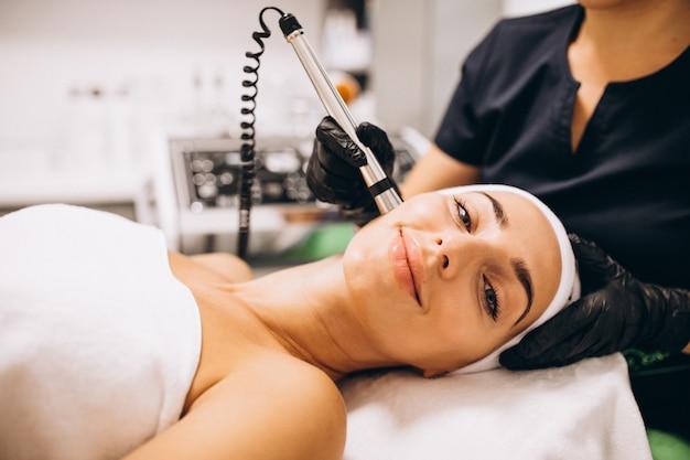 Женщина делает косметические процедуры в салоне красоты Бесплатные Фотографии