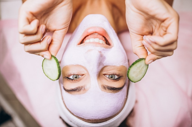 Женщина с маской и огурцом на глазах Бесплатные Фотографии