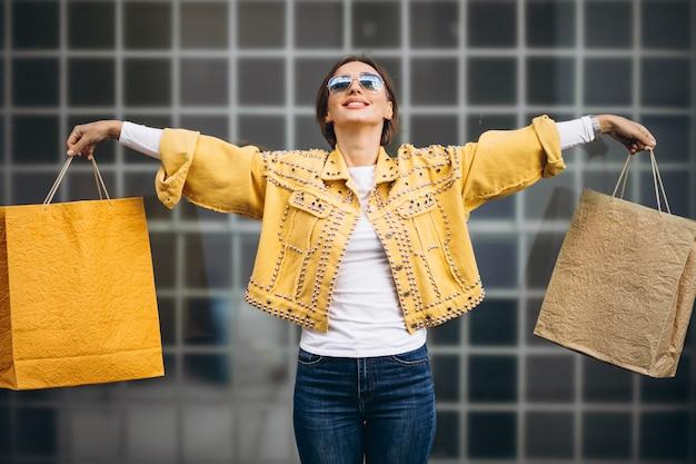 Молодая женщина с сумками в городе Бесплатные Фотографии