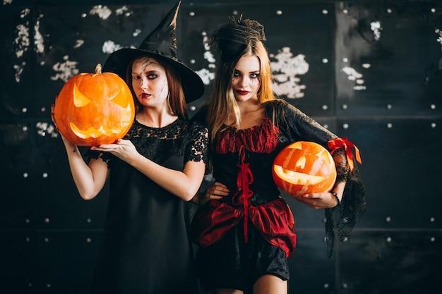 ハロウィーンの衣装で二人の女の子 無料写真