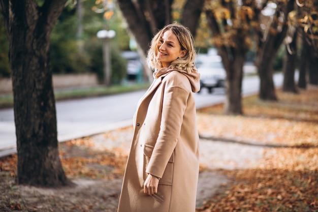 Молодая женщина в бежевом костюме снаружи в парке осени Бесплатные Фотографии