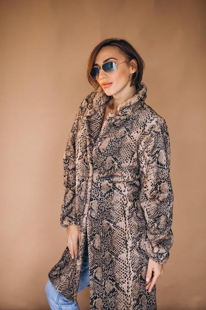 Модель женщины демонстрирует зимнюю одежду Бесплатные Фотографии