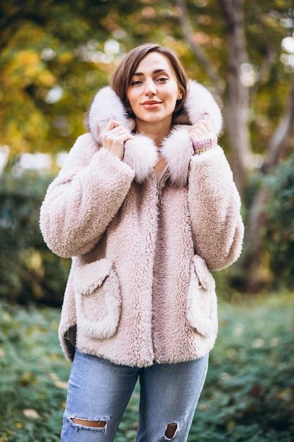 通りで外の布を示す若い女性 無料写真