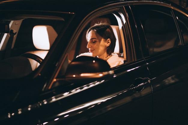 夜に車を運転して若い女性 無料写真