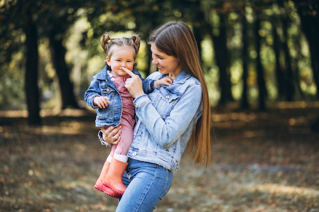Молодая мать с маленькой дочерью в осеннем парке Бесплатные Фотографии