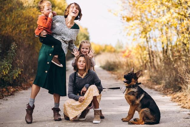Мама с детьми и собакой в осеннем парке Бесплатные Фотографии