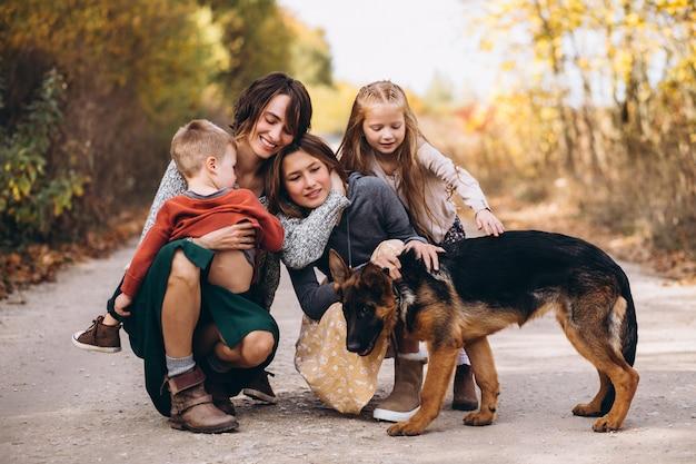 秋の公園で犬と子供を持つ母 無料写真