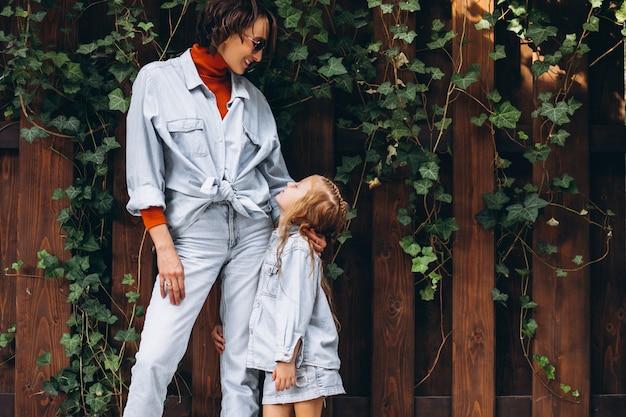 裏庭で彼女の小さな娘を持つ女性 無料写真