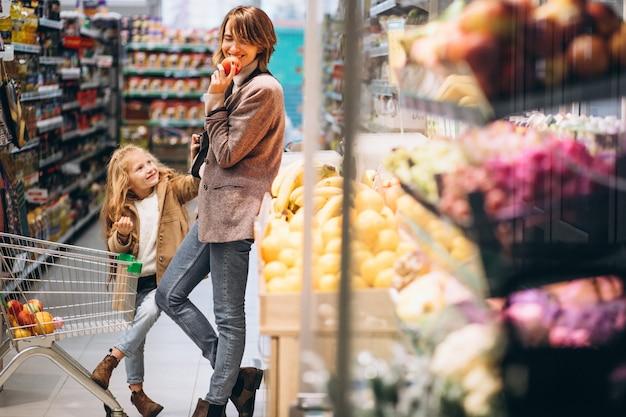 食料品店で娘と母 無料写真