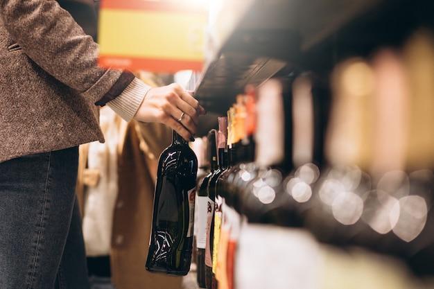 食料品店でのショッピングの女性 無料写真