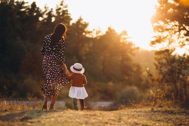 Семья с маленькой дочкой в осеннем поле Бесплатные Фотографии