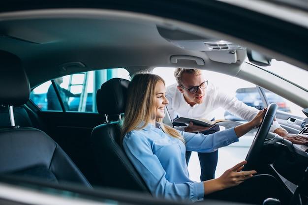 Молодая женщина тестирует автомобиль из автосалона Бесплатные Фотографии