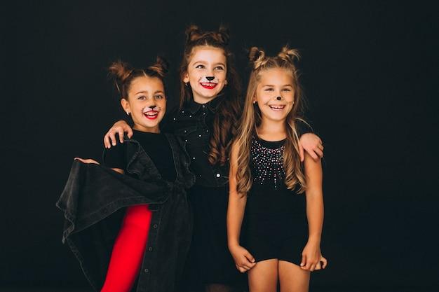 スタジオでハロウィーンの衣装に身を包んだ女の子のグループ 無料写真