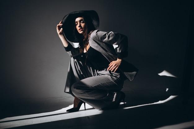 帽子をかぶってビジネススーツの女性モデル 無料写真