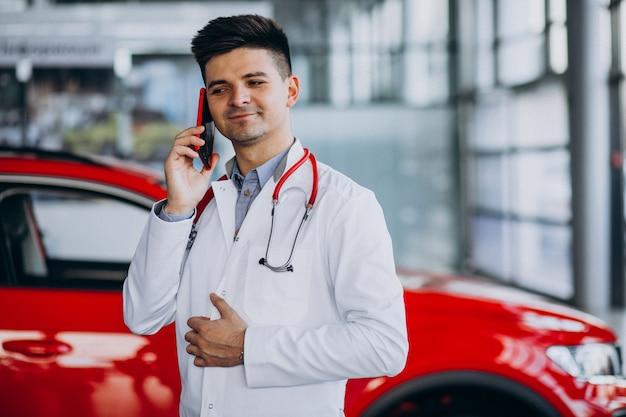 電話で話している車のショールームで聴診器で車の技術者 無料写真