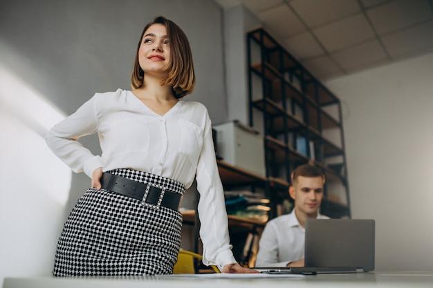 オフィスで働く女性と男性の同僚 無料写真