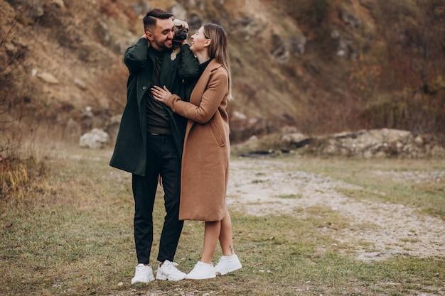 公園で彼らのフレンチブルドッグを歩く若いカップル 無料写真