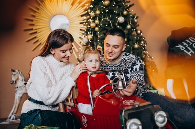 クリスマスツリーがクリスマスプレゼントと小さな娘と家族 無料写真