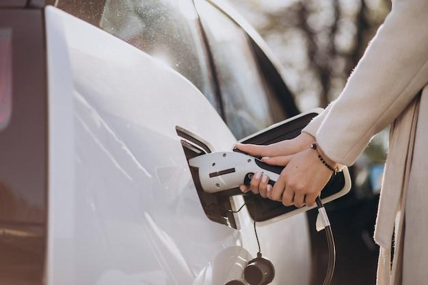 電気自動車を充電する充電器をクローズアップ 無料写真