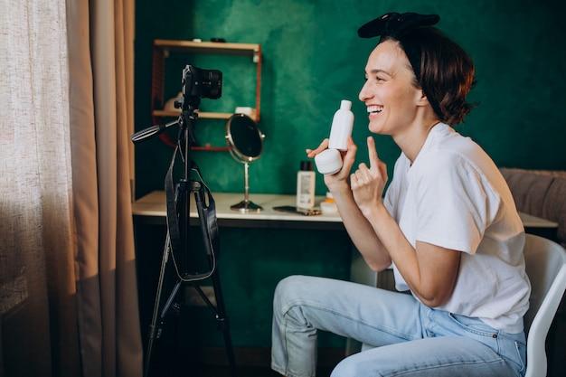 Женщина-красавица влоггер снимает влог про кремы Бесплатные Фотографии