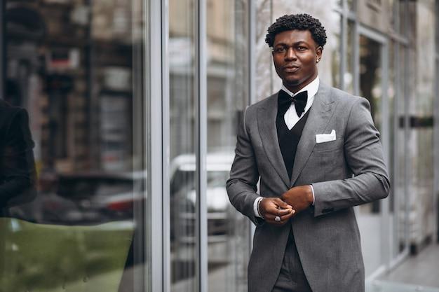 上品なスーツの若いアフリカの実業家 無料写真