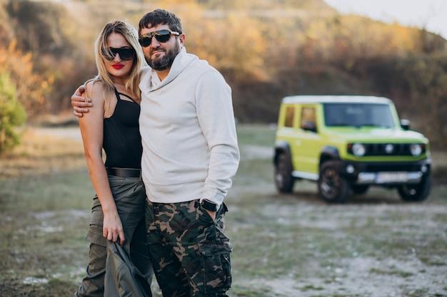 車で旅行する若いカップルは、公園で散歩を停止 無料写真